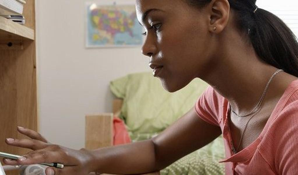 people_female-looking-at-computer_landscape.jpg__750x325_q85_crop_subsampling-2_upscale.jpg